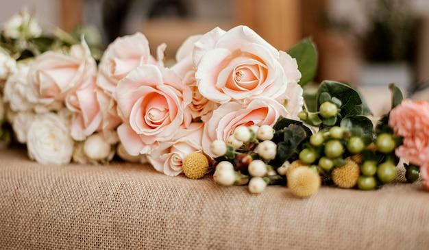 Arrangement floral avec des roses roses
