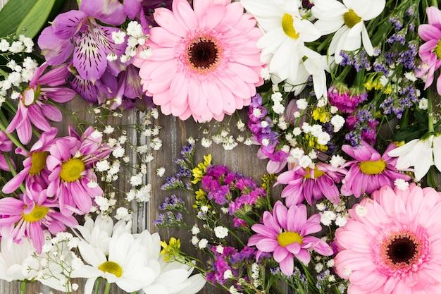 Arrangement floral vue de dessus sur fond en bois