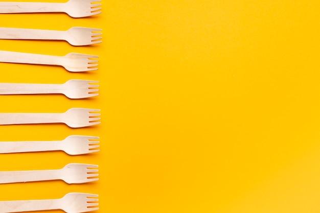 Arrangement de fourches vue de dessus sur fond jaune