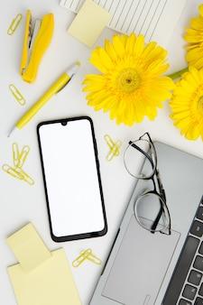 Arrangement de fournitures à plat sur le bureau avec téléphone