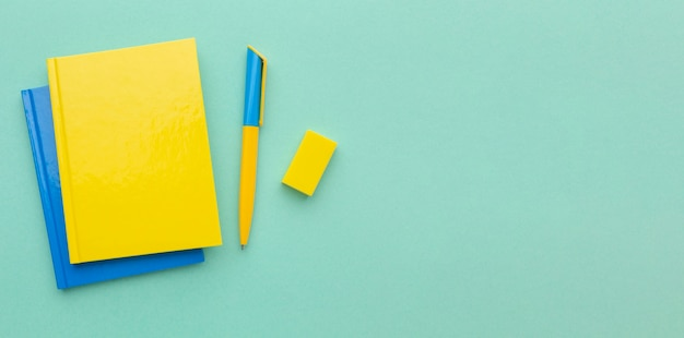 Arrangement de fournitures scolaires avec espace copie