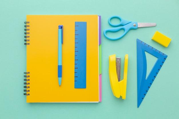 Arrangement de fournitures scolaires à plat