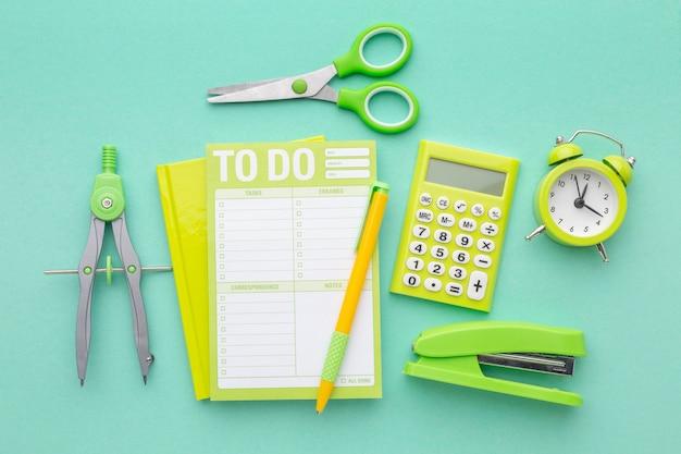 Arrangement de fournitures scolaires vue de dessus