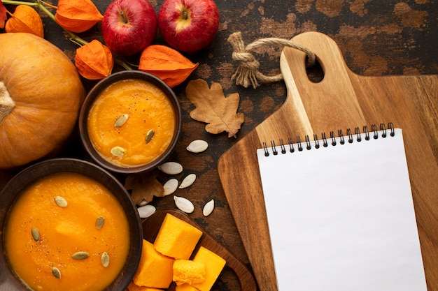Arrangement de fruits d'automne et bloc-notes vide