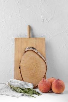 Arrangement avec fruits et planche de bois