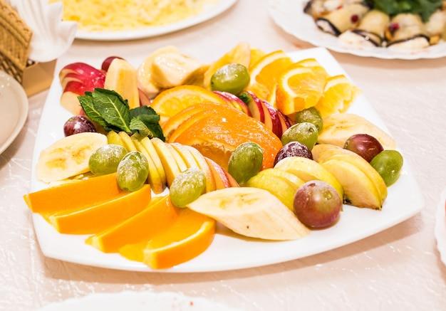 Arrangement de fruits tranchés
