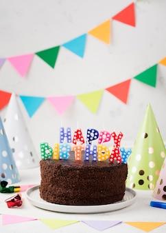 Arrangement avec un gâteau au chocolat d'anniversaire