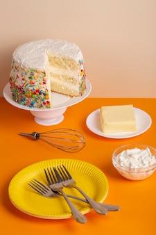 Arrangement de gâteau et d'ingrédients à angle élevé