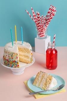 Arrangement de gâteau savoureux grand angle