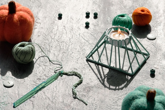 Arrangement géométrique créatif de matériaux artisanaux pour le crochet.