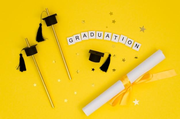 Arrangement de graduation festive à plat avec du texte sur des cubes blancs