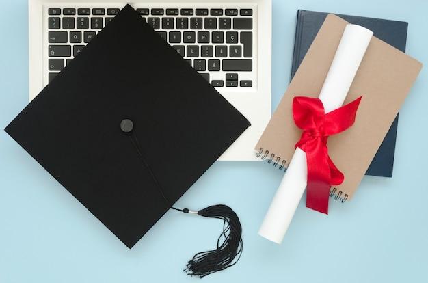 Arrangement de graduation festive à plat sur fond bleu