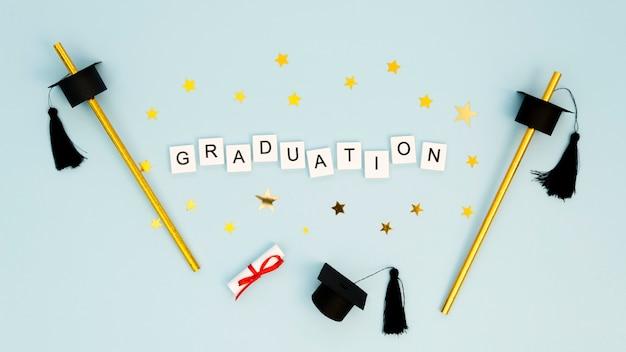 Arrangement de graduation festive avec texte sur cubes blancs
