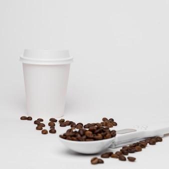Arrangement avec des grains de café