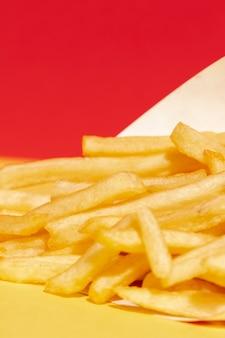 Arrangement grand angle avec frites et fond rouge