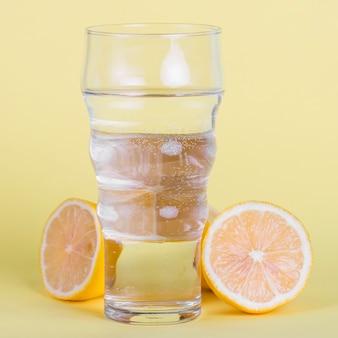 Arrangement avec un grand verre d'eau et de citrons