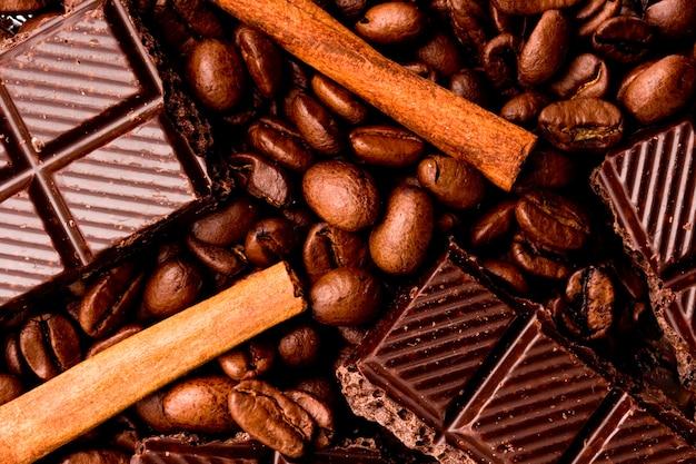 Arrangement de gros plan de bâtons de chocolat, de café et de cannelle