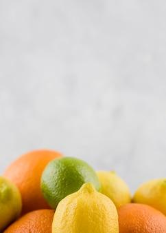 Arrangement de gros plan de fruits biologiques