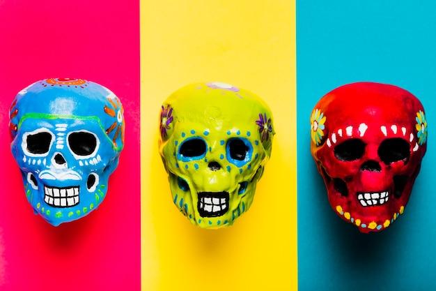 Arrangement de halloween plat avec crânes