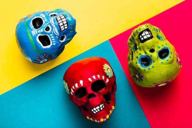 Arrangement de halloween vue de dessus avec des crânes