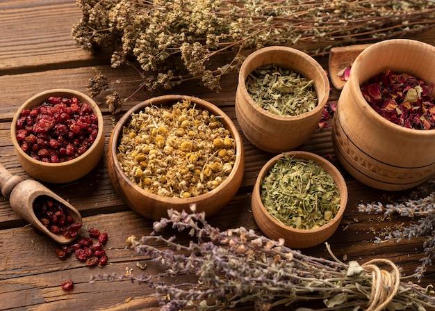 Arrangement d'herbes naturelles diverses vue élevée