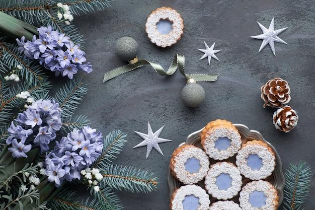 Arrangement en hiver avec jacinthe bleue, décorations de noël et biscuits sandwich