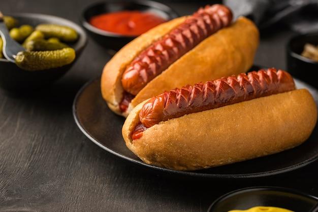 Arrangement de hot-dogs sur assiette