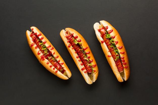 Arrangement de hot dogs vue de dessus