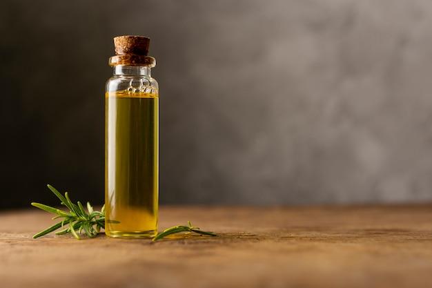 Arrangement avec huile de spa sur table en bois
