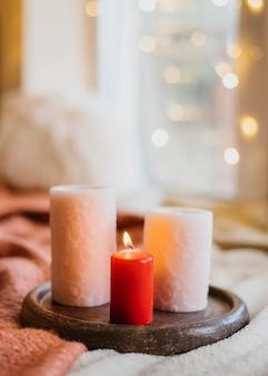 Arrangement hygge d'hiver avec bougies