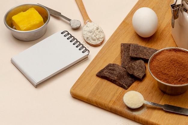 Arrangement avec des ingrédients pour les muffins