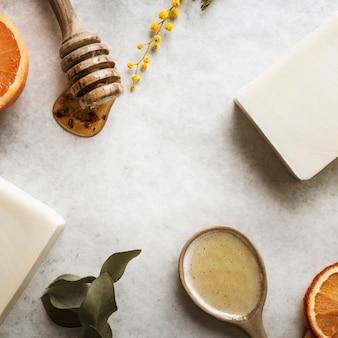 Arrangement d'ingrédients de savon plat