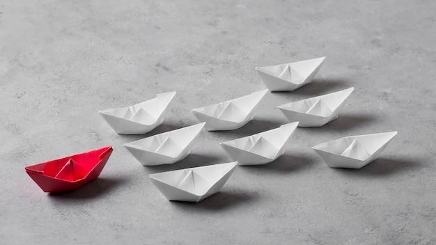 Arrangement de jour du patron avec des bateaux en papier