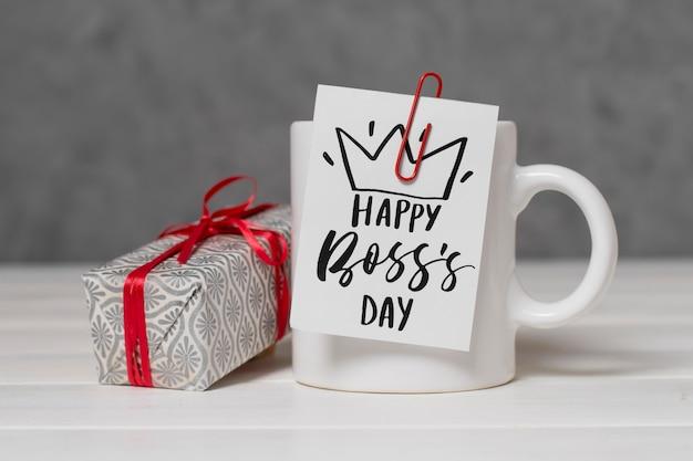 Arrangement de jour du patron avec cadeau et tasse