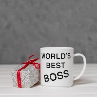 Arrangement de jour du patron de vue de face avec cadeau et tasse