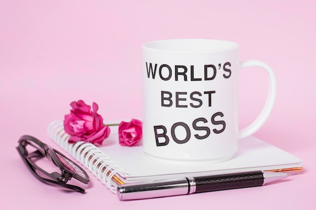 Arrangement de jour du patron vue de face sur fond rose