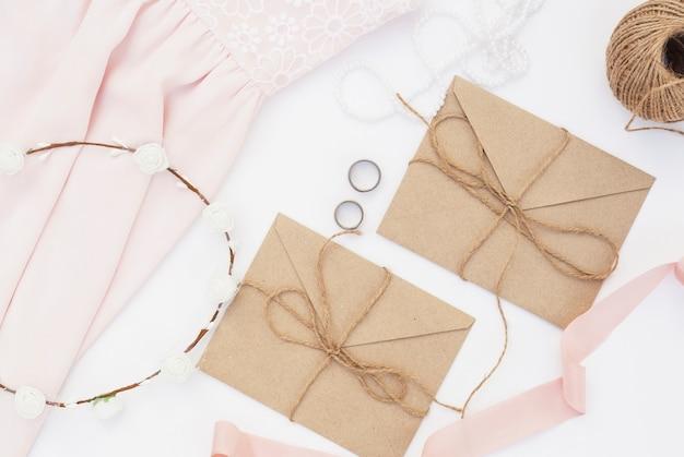 Arrangement de jour de mariage avec des enveloppes brunes