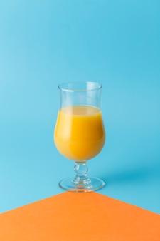 Arrangement avec jus d'orange et fond bleu