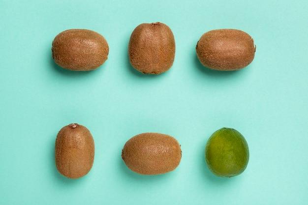 Arrangement de kiwi et citron vert vue de dessus