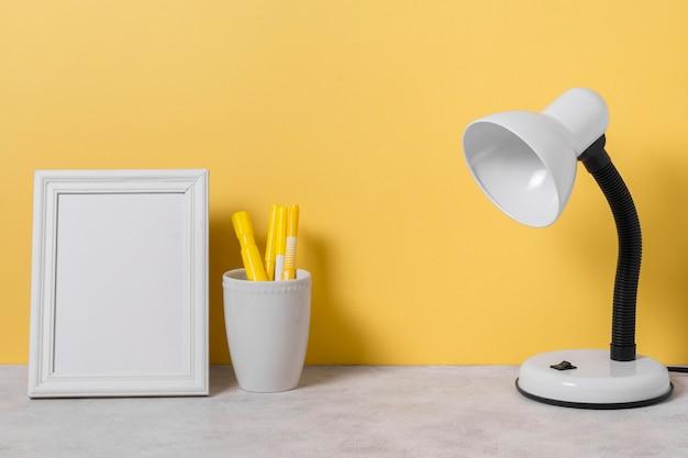 Arrangement avec lampe de bureau et stylos