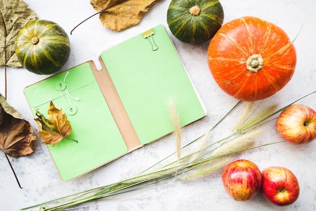 Arrangement avec des légumes et cahier ouvert
