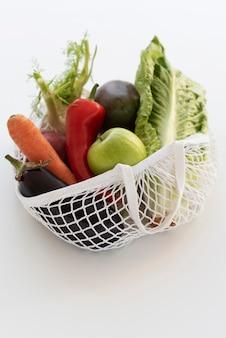 Arrangement de légumes dans un sac textile