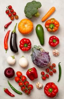 Arrangement de légumes différents à plat