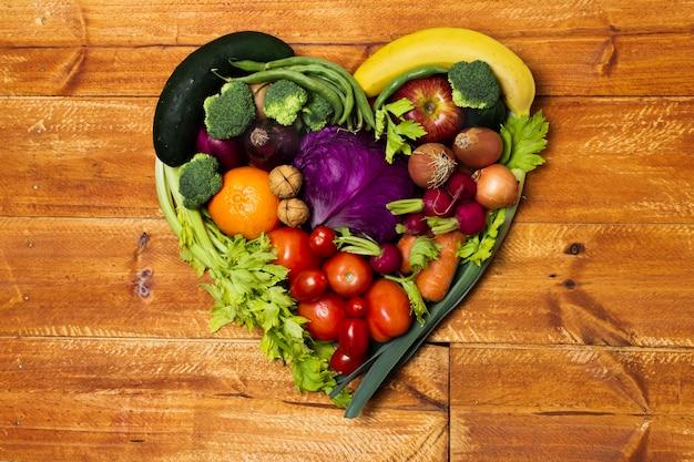 Arrangement de légumes en forme de coeur vue de dessus