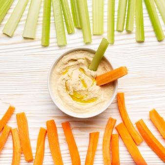 Arrangement de légumes et d'humus vue de dessus