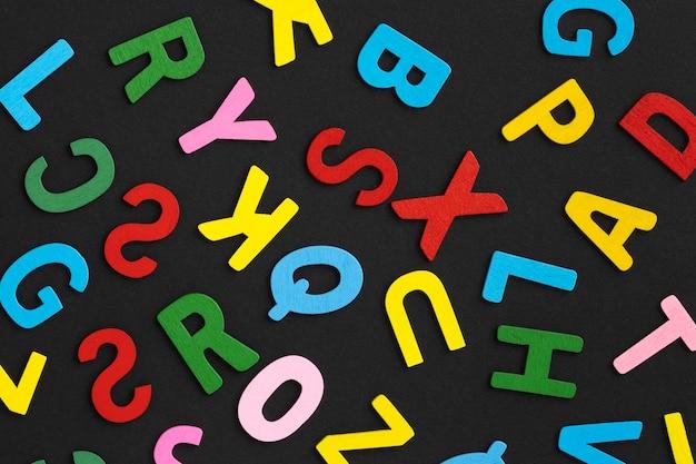Arrangement de lettres colorées vue de dessus
