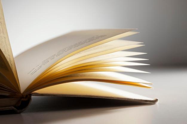 Arrangement de livre ouvert avec fond blanc