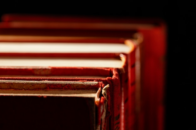 Arrangement de livres anciens à angle élevé