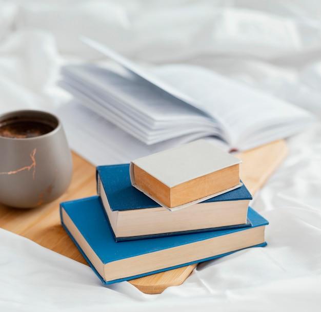 Arrangement avec des livres au lit