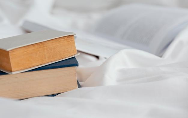 Arrangement avec des livres sur les draps